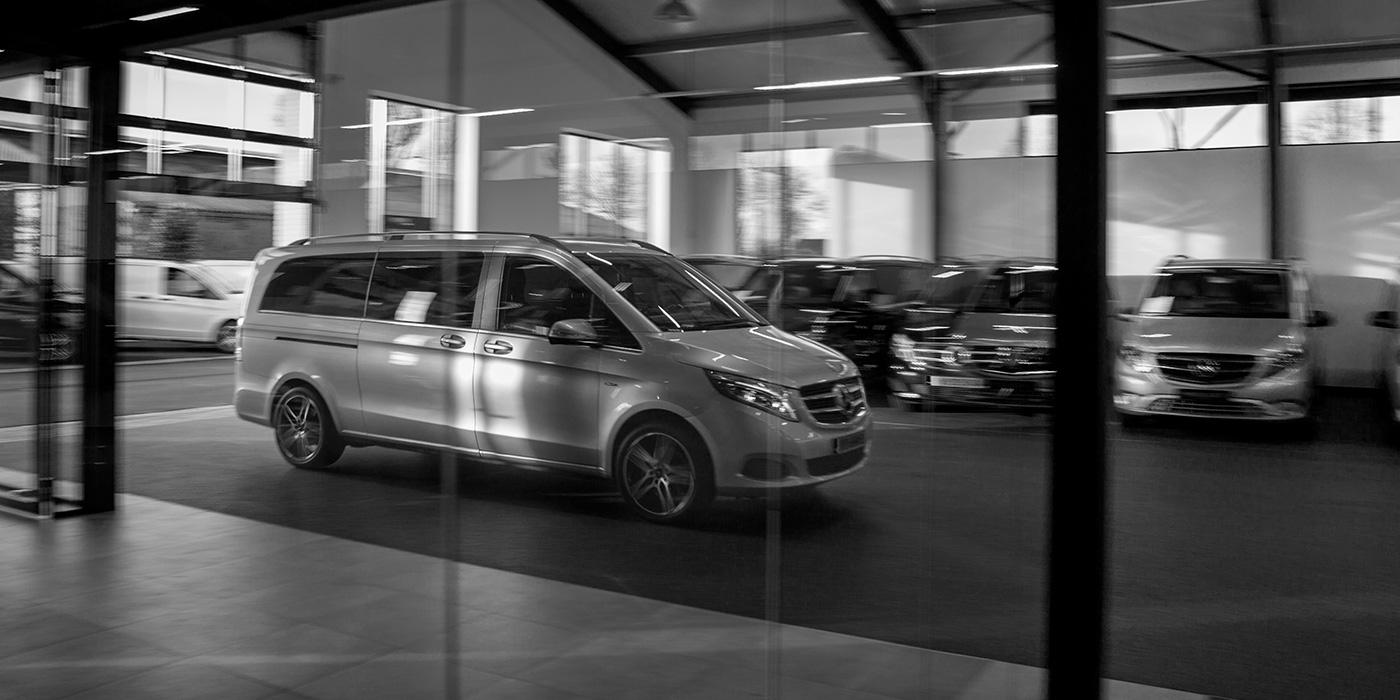auto in een showroom